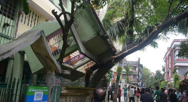 The impact of the Nepalese earthquake was felt across the region and caused damage in properties in the northern Indian city of Siliguri, on April 25, 2015 ( Diptendu Dutta (AFP) )