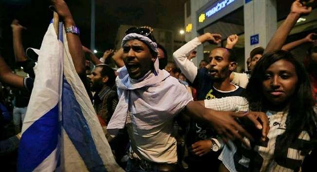 """""""رئيس الوزراء الإسرائيلي يؤكد للجندي الاثيوبي الذي تعرض للضرب من قبل الشرطة ان """"الأمور هنا يجب أن تتغير"""""""" ( يارون برنر / واي.نت )"""