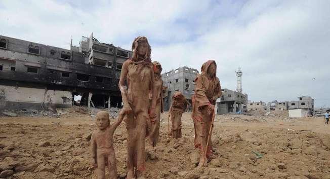 """مجسمات """"تهالك في حي الشجاعية"""" ( صفحة الفنان اياد صباح في فيسبوك )"""