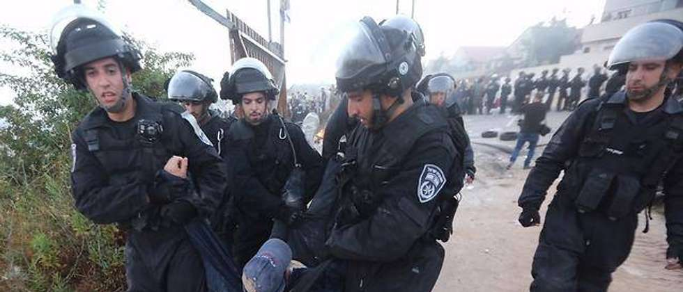 Police evict squatters from building slated for demolition in settlement of Beit El (Courtesy Ynet)