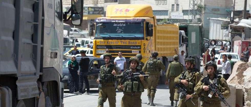 Des soldats israéliens à un check point dans la ville de Hébron en Cisjordanie, le 15 juin 2014 (Menahem Kahana (AFP))