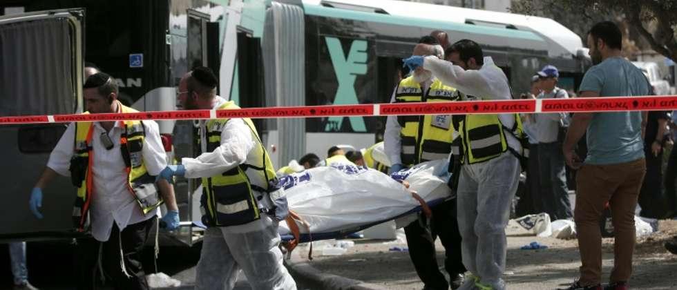 نقل جثة احد قتلى الهجوم على حافلة في القدس الشرقية في 13 تشرين الاول/اكتوبر 2015 (توما كويكس (اف ب))