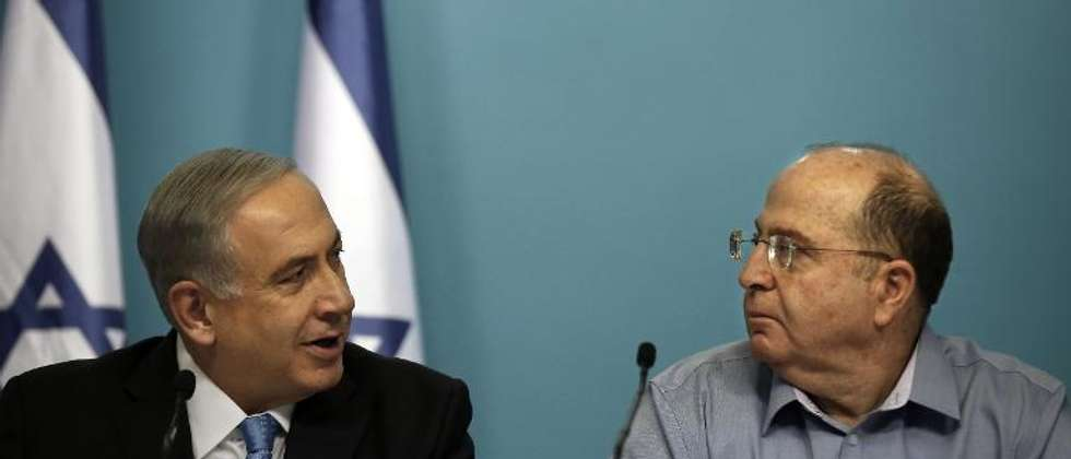 Israeli Prime Minister Benjamin Netanyahu (L) and Israeli Defence Minister Moshe Yaalon look at each other during a press conference at the prime minister's office in Jerusalem, on August 27, 2014 (Thomas Coex (AFP/File))