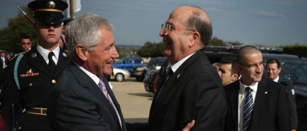 US Secretary of Defense Chuck Hagel (L) welcomes Israeli Defense Moshe Ya'alon (R) at the Pentagon in Arlington, Virginia October 21, 2014. (Alex Wong/Getty Images/AFP)