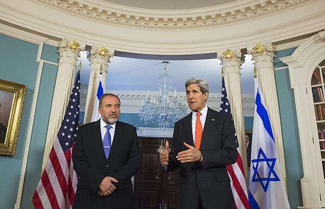 Avigdor Lieberman and John Kerry, Washington DC 9.4.2014 (AFP)