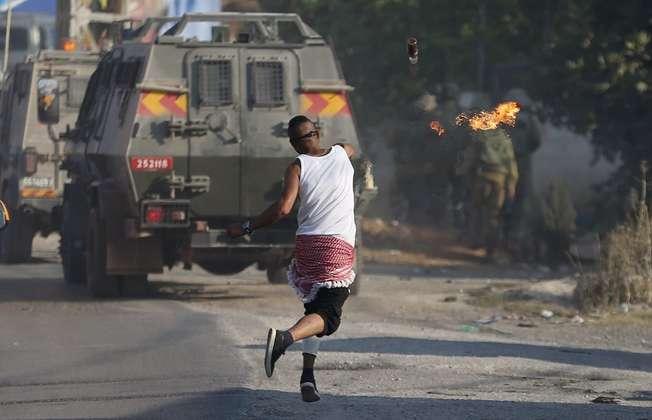 مواجهات بين فلسطينيين والجيش الاسرائيلي في الضفة الغربية بعد إحراق الرضيع علي دوابشة (رويترز)