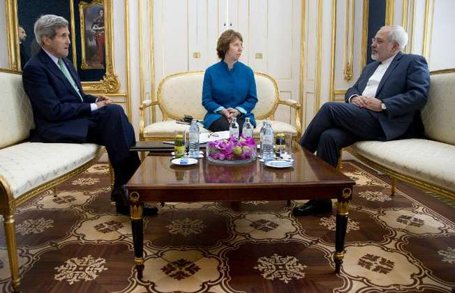 US Secretary of State John Kerry (left), European Union High Representative Catherine Ashton and Iranian Foreign Minister Mohammad Javad Zarif hold a trilateral meeting in Vienna, on October 15, 2014 (Carolyn Kaster (Pool/AFP))