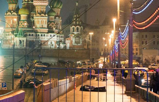 Le corps de l'opposant russe Boris Nemtsov est allongé sur le pont Moskvoretsky, en plein centre de Moscou, dans la nuit du 27 au 28 février 2015 (Dmirtry Sereryakov (AFP))