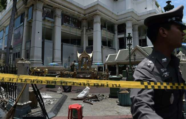 A policeman (C) inspects the cordoned-off site of a bomb blast at the popular Erawan shrine in the heart of Bangkok's tourist and commercial centre on August 18, 2015 ( Christophe Archambault (AFP) )