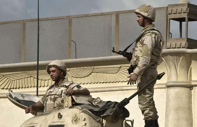Des soldats égyptiens sur un tank au Caire le 9 décembre 2013 (Khaled Desouki (AFP/Archives))