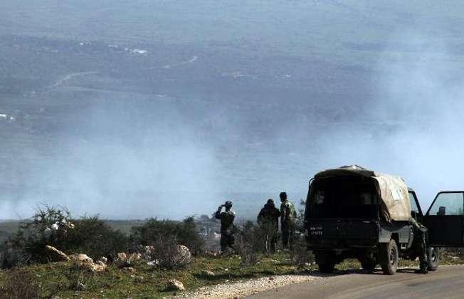 Des soldats libanais observent aux jumelles la fumée qui s'élève le 28 janvier 2015 au-dessus du village libanais de Majidiyé après des bombardements israéliens sur cette zone frontalière (Ali Dia (AFP))