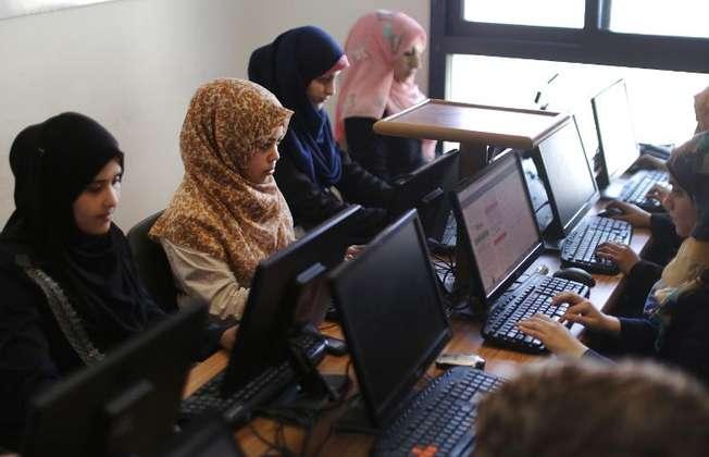 Des Palestiniennes travaillent avec leurs ordinateurs dans la start up Unit One à Gaza, le 18 avril 2015 (MAHMUD HAMS (AFP))