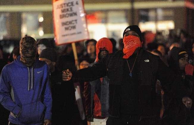 Manifestation devant le poste de police le 24 novembre 2014 à Ferguson (Michael B. Thomas (AFP))