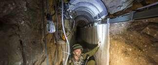 Un soldat israélien explique aux journalistes, le 25 juillet 2015 la structure du tunnel utilisé par des militants palestiniens entre la bande de Gaza et Israël ( Jack Guez (Pool/AFP) )