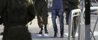Des soldats israéliens arrêtent un Palestinien au camp de réfugiés de Qalandiya après des heurts, le 26 août 2013 (Abbas Momani (AFP))