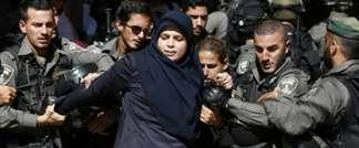 Une Palesstinienne arrêtée par la police israélienne le 26 juillet 2015 à Al-Aqsa à Jérusalem-Est (AHMAD GHARABLI (AFP))