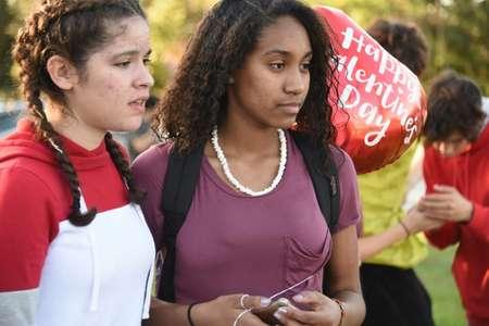 Deux écolières d'un lycée où un tireur de 19 ans, ancien élève de l'établissement, a abattu 17 personnes ( Michele Eve Sandberg (AFP) )