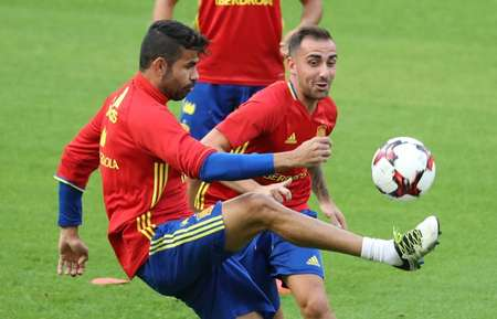 Diego Costa (L) and Paco Alcacer attend a training session of the Spanish national football team, in Brussels, on August 31, 2016, on the eve of their friendly match against Belgium ( Virginie Lefour (Belga/AFP/File) )