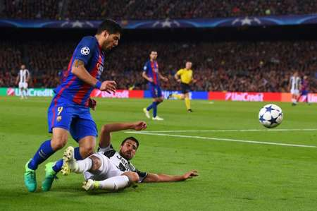 Barcelona's Luis Suarez (L) is tackled by Juventus' Sami Khedira during their UEFA Champions League quarter-final second leg football match at the Camp Nou stadium in Barcelona on April 19, 2017 ( Josep LAGO (AFP) )