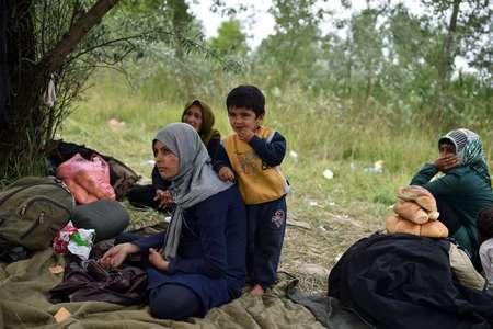 Une famille de migrants afghans se sont réfugiés dans une usine désaffectée dans le nord de la Serbie, en attendant de passer en Hongrie, le 16 juin 2015 ( ANDREJ ISAKOVIC (AFP) )