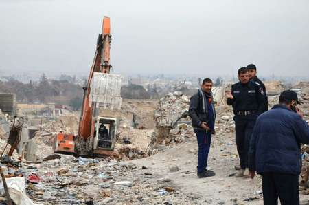 Iraqi men inspect a site in the city of Mosul where the rotting bodies of jihadists are believed to be found six months after their defeat ( Ahmad MUWAFAQ (AFP) )