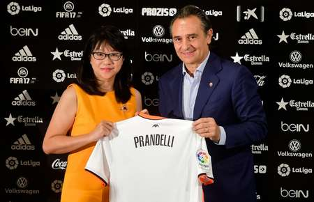 Cesare Prandelli with Valencia's Singaporean President Lay Hoon Chan at the Mestalla stadium in Valencia on October 3, 2016 ( Jose Jordan (AFP) )
