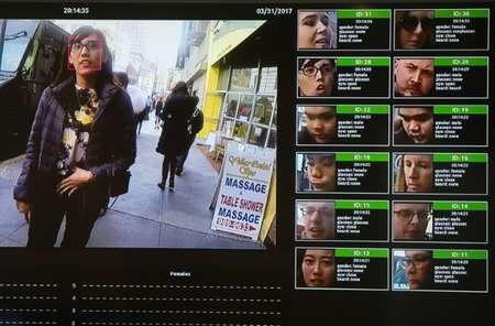 عرض برنامج للتعرف الى الوجوه بالذكاء الاصطناعي في مؤتمر