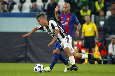 Juventus' forward Paulo Dybala fights for the ball with Barcelona's defender Javier Mascherano during the UEFA Champions League quarter final first leg football match Juventus vs Barcelona, on April 11, 2017 ( Marco BERTORELLO (AFP) )