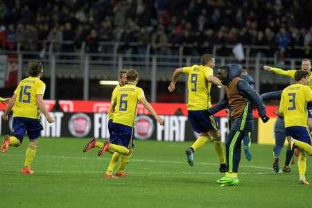 لاعبو المنتخب السويدي يحتفلون بالتأهل الى مونديال روسيا 2018 بتعادلهم السلبي مع ايطاليا في ميلانو في 13 تشرين الثاني/نوفمبر 2017 ( ميغل ميدينا (أ ف ب) )