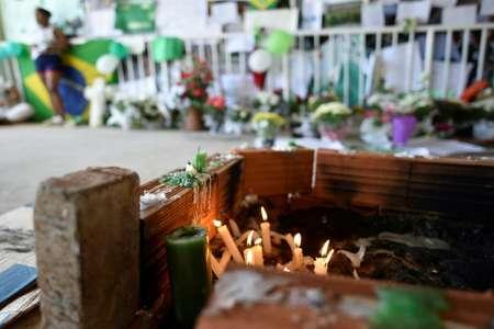 شموع في ذكرى لاعبي فريق تشابيكوينسي البرازيلي لكرة القدم الذين قضوا في تحطم طائرة في كولومبيا، في ملعب النادب في تشابيكو جنوب البرازيل، 1 ك1/ديسمبر 2016 ( دوغلاس ماغنو () )