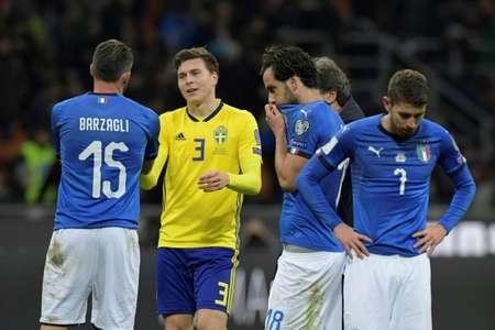 المدافع السويدي فيكتور ليندلوف (الثاني من اليسار) يواسي لاعب المنتخب الايطالي اندريا بارزالي (يسار) عقب مباراة المنتخبين في ميلانو ضمن الملحق الاوروبي المؤهل الى مونديال روسيا 2018 في 13 تشرين الثاني/نوفمبر 2017. تأهل السويد الى النهائيات، وفشلت ايطاليا ل ( ميغل ميدينا (أ ف ب) )