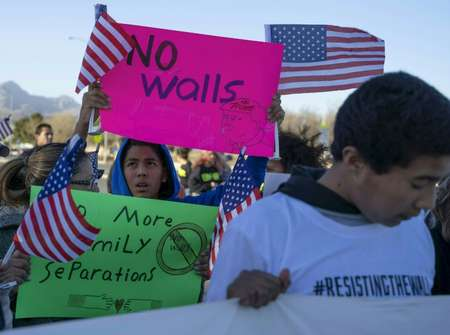 Anti-Trump activists protest during the president's rally in El Paso, Texas ( PAUL RATJE (AFP/File) )