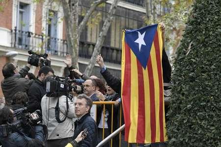 متظاهر يحمل علم كاتالونيا الانفصالي أثناء وصول وزراء في حكومة كاتالونيا المُقالة الى المحكمة الوطنية في مدريد في 2 تشرين الثاني/نوفمبر 2017  ( غابريل بويس (ا ف ب) )