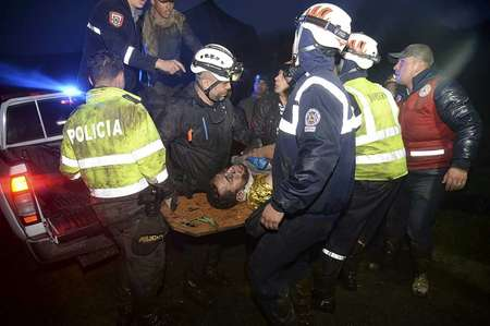 عمال انقاذ ينقلون احد الناجين من تحطم الطائرة البوليفية في منطقة سيرو غوردو في 29 تشرين الثاني/نوفمبر 2016 ( راوول اربوليدا (اف ب) )
