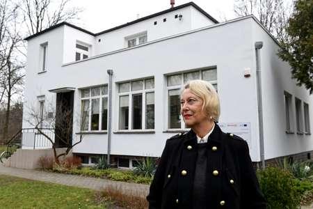 Teresa Zabinska, fille de Jan et Antonina Zabinski devant la villa de ses parents où 300 Juifs ont été cachés pendant la guerre et transformée en musée  ( Janek SKARZYNSKI (AFP) )