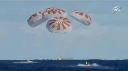 This still image taken from NASA TV shows the SpaceX Dragon capsule's splashdown in the Atlantic Ocean on March 8, 2019 ( HO (NASA TV/AFP) )