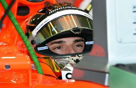 Le pilote français Jules Bianchi, de l'écurie Marussia, analyse ses chronos lors des séances d'entraînement du Grand Prix d'Australie, le 15 mars 2013 à Melbourne ( WILLIAM WEST (AFP/Archives) )