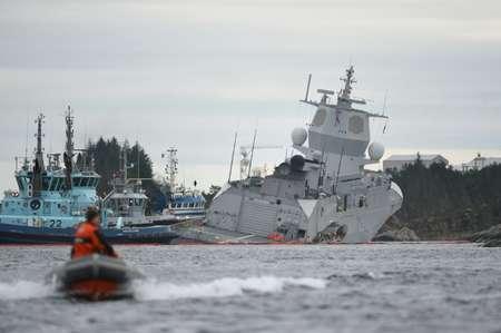 La frégate KNM Helge Ingstad, qui a pris l'eau après une collision avec le tanker maltais Sola TS, dans le fjord Hjeltefjord près de Bergen le 8 novembre 2018  ( Marit HOMMEDAL (NTB Scanpix/AFP) )