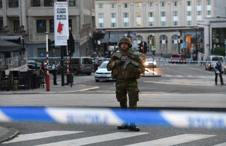 A soldier stands alert in a cordoned off area outside Gare Central in Brussels on June 20, 2017, after an explosion ( Emmanuel DUNAND (AFP) )