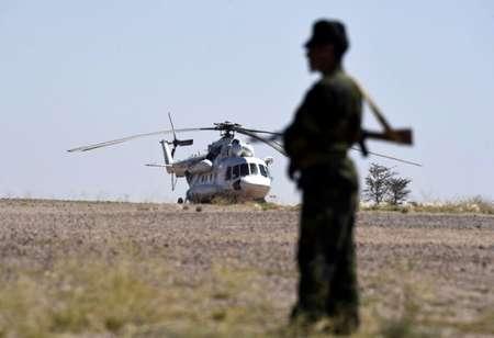 Un combattant du mouvement indépendantiste sahraoui Polisario devant un hélicoptère de l'ONU à Bir-Lahlou, dans le territoire disputé du Sahara occidental, le 5 mars 2016. ( Farouk Batiche (AFP) )