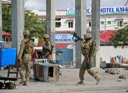Des soldats somaliens patrouillent près de l'hotel Sahafi à Mogadiscio le 1er novembre 2015 après une attaque qui a fait au moins 12 morts ( MOHAMED ABDIWAHAB (AFP) )