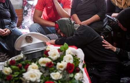 والدة أحد عناصر الامن التونسيين الذين قتلوا في هجوم في شمال غرب البلاد تنحني على نعشه في التاسع من تموز/يوليو 2018  ( فتحي بلعيد (ا ف ب) )