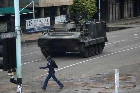 مدرعة عسكرية في احد شوارع هراري الاربعاء 15 تشرين الثاني/نوفمبر 2017 ( ويلفريد كاجيسي (ا ف ب) )