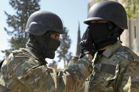 مقاتلان سوريا يستعدان لهجوم محتمل للقوات السورية على محافظة ادلب في 3 ايلول/سبتمبر 2018 ( عمر حاج قدور (ا ف ب) )