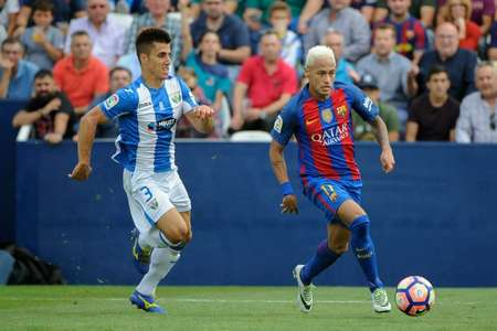 Barcelona forward Neymar (R) vies with Leganes defender Unai Bustinza during their Spanish league clash on September 17, 2016 ( Pedro Armestre (AFP) )