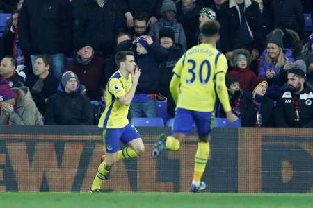 Everton's defender Seamus Coleman (L) celebrates scoring against Crystal Palace on January 21, 2017 ( Ian KINGTON (AFP) )