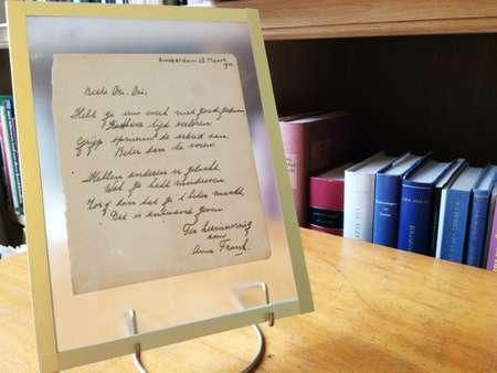 Un poème composé par Anne Frank exposé le 21 novembre 2016 à Haarlem aux Pays-Bas ( Maude BRULARD (AFP) )