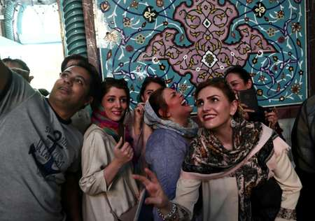 Iranians take a selfie as they queue to vote in presidential elections at a polling station in Tehran on May 19, 2017 ( Behrouz MEHRI (AFP) )