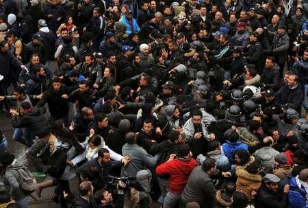 Heurts entre manifestants et membres des forces de l'ordre à Tunis en marge d'une manifestation contre la hausse des prix et les mesures d'austérité, le 12 janvier 2018 ( Sofiene HAMDAOUI (AFP) )