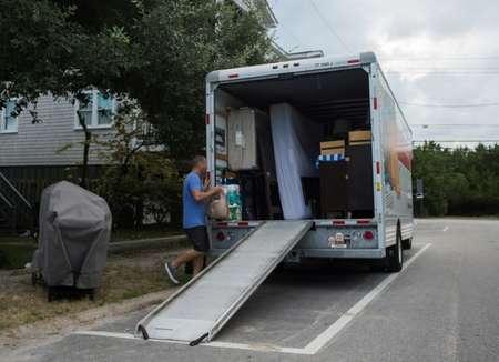 Greg Cook et sa femme ont décidé de déménager leurs affaires avant l'arrivée de l'ouragan Florence à Wrightsville Beach (Caroline du Nord), le 11 septembre 2018 ( ANDREW CABALLERO-REYNOLDS (AFP) )